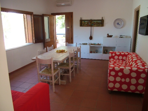Villa for rent Scopello. Living room of Villa Acquamarina in Scopello: vista towards the entrance door. Holiday rental Sicily